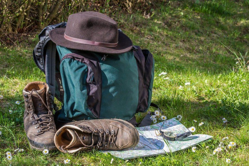 Randonnée carte chapeau et chaussures